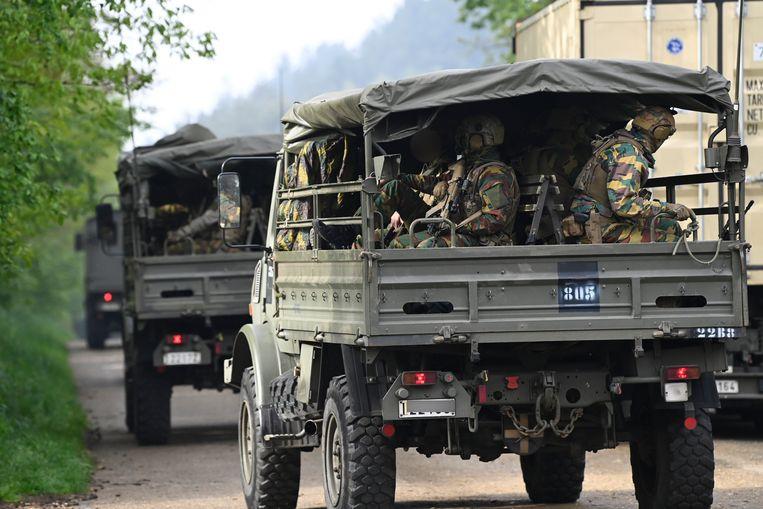 Tentara bersenjata berat tiba di Taman Nasional Hoge Kempen untuk ambil bagian dalam perburuan rekan mereka.  Gambar BELGA
