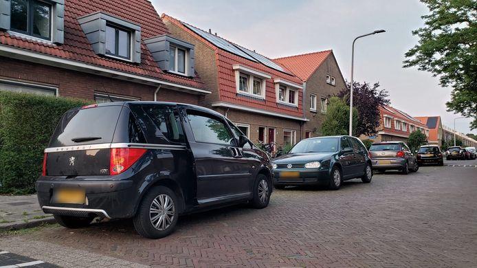 De recherche is vrijdagavond met veel onopvallende voertuigen en agenten in burger in actie gekomen rond een woning aan de Abel Tasmanstraat in Zwolle. Ook een of meerdere auto's langs de kant van de weg zijn door de recherche uitgekamd.