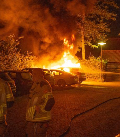 Auto in brand op Vijfhoek Deventer, buren zien mensen wegrennen
