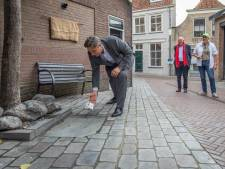 Steen die vechtende zakkendragers tot bedaren bracht, is terug in het straatbeeld van Goes