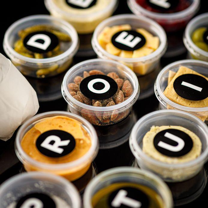 Starter: Desem brood | Olijfolie | Fleur de Sel | Harissa | Pickels | Knoflookcrème | Gerookte amandelen | Olijven | Crackers | Bunkerkaas | Roze uitjes | Kruidenboter