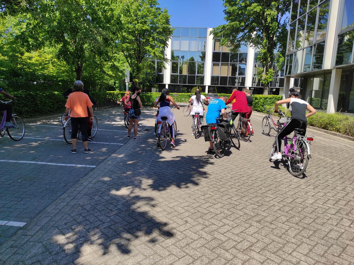 Enkele bewoners van het vluchtelingenopvangcentrum in Zaventem leren deze maand fietsen.