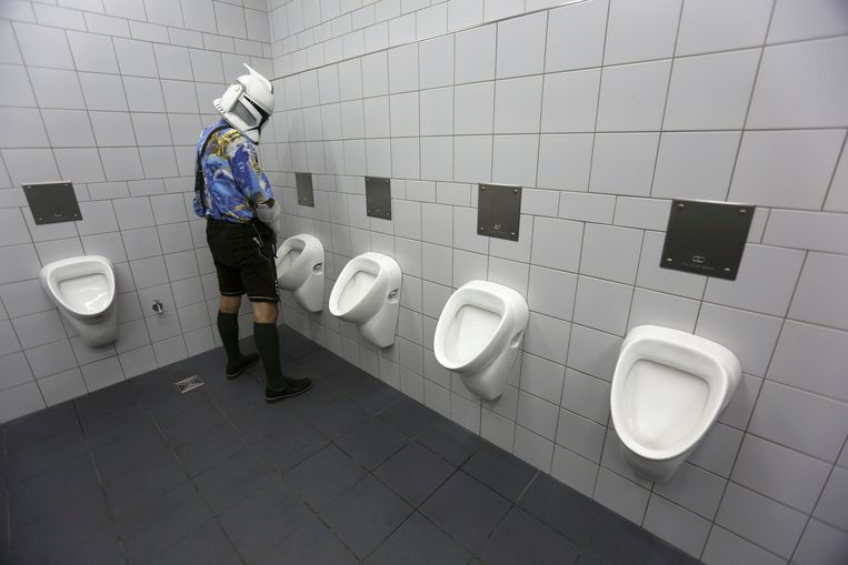 Jazz Kopecek from Austria wears his traditional Lederhosen and a Clone Trooper mask as he visits the men's toilets at the Star Wars Convention Europe, in Essen July 26, 2013. Star Wars fans from all over the world are meeting in the western German city of Essen this weekend to jointly celebrate their passion to the science fiction movie series by U.S. director George Lucas.   REUTERS/Wolfgang Rattay (GERMANY - Tags: SOCIETY ENTERTAINMENT TPX IMAGES OF THE DAY) Beeld REUTERS
