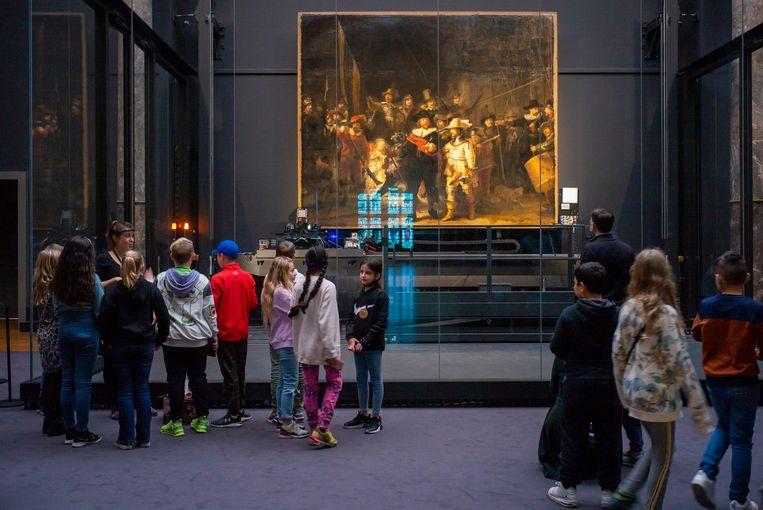 Bezoekers in het Rijksmuseum kijken naar  De Nachtwacht van de schilder Rembrandt van Rijn. Beeld Hollandse Hoogte