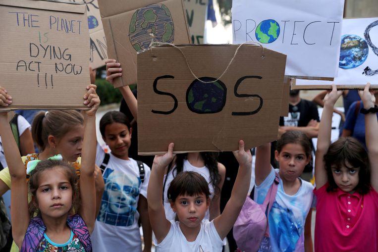 Kinderen met spandoeken tijdens een klimaatveranderingsprotest in Cyprus. Beeld REUTERS