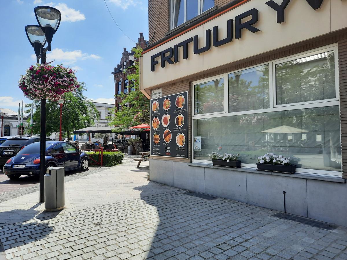 In Frituur Yves geraakten de inbrekers niet binnen met hun koevoet, in Brasserie Lagaar, in de achtergrond, wel.