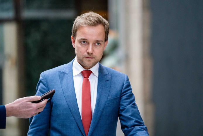 EVB-leider Lennart van der Linden vindt dat de gemeente Barendrecht te hard loopt bij de plannen voor windmolens bij het Vaanplein. Een motie om pas op de plaats te maken, haalde het dinsdag niet in de gemeenteraad.