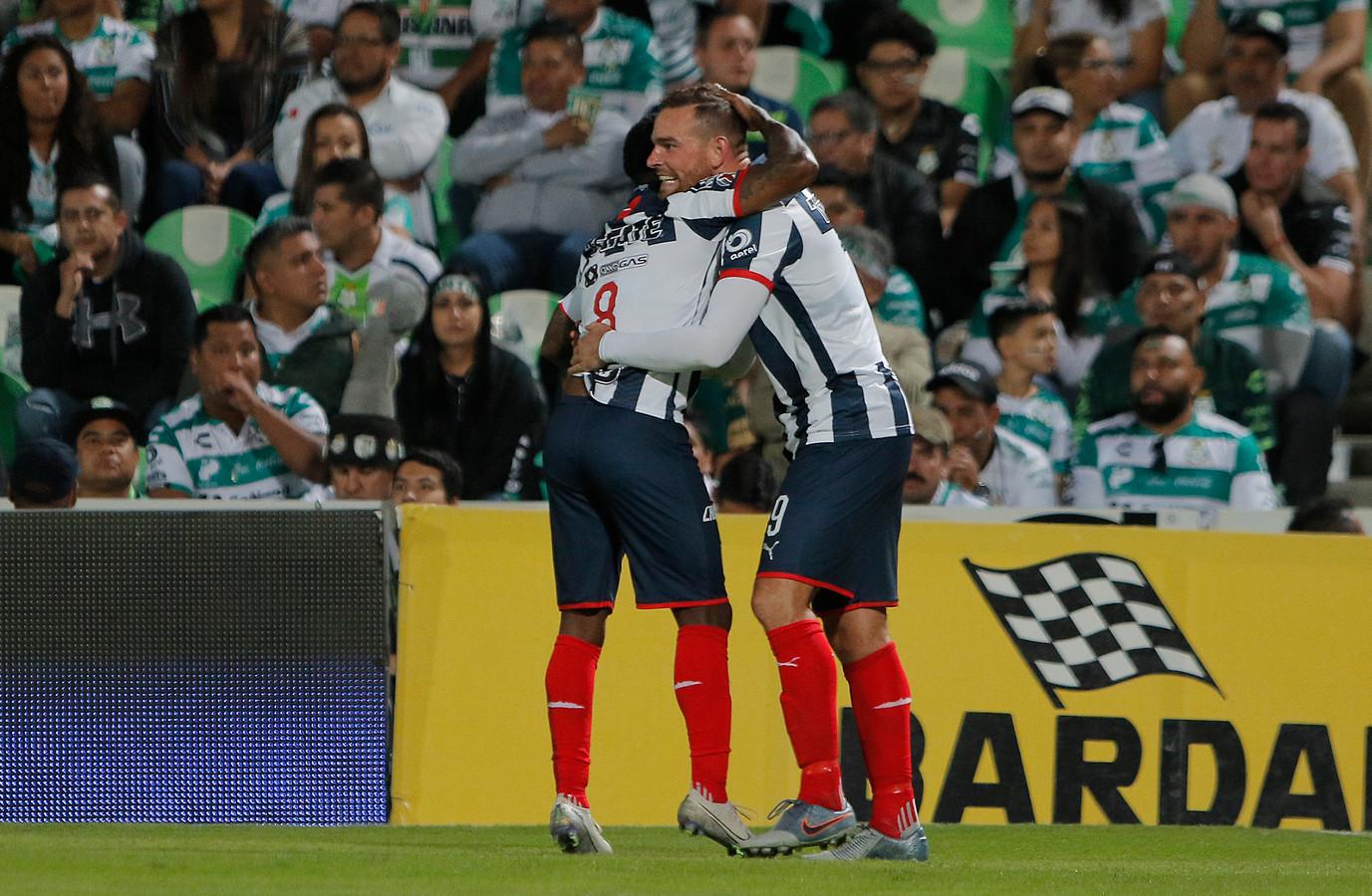 Vincent Janssen (r) wordt gefeliciteerd na zijn goal tegen Santos Laguna.