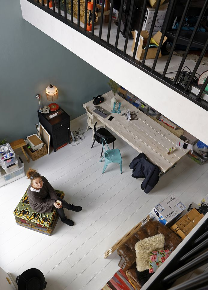 Jet van der Graaf in haar nieuwe woning aan de Zernikestraat