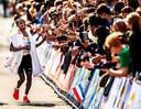 Abdi Nageeye komt als eerste Nederlander over de finish in de Rotterdam marathon van vorig jaar.