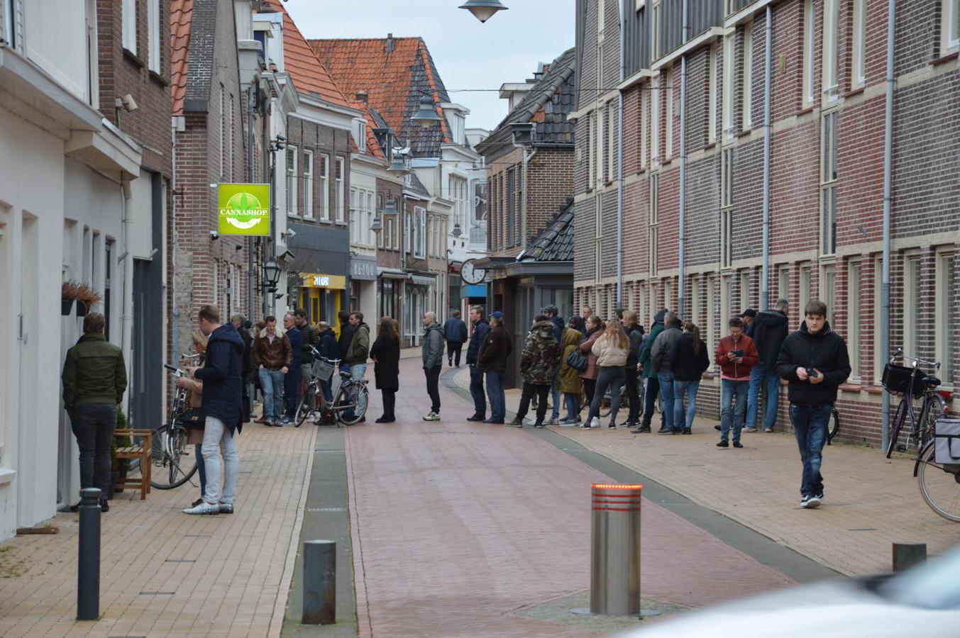 Een flinke rij bij de coffeeshop in Steenwijk.
