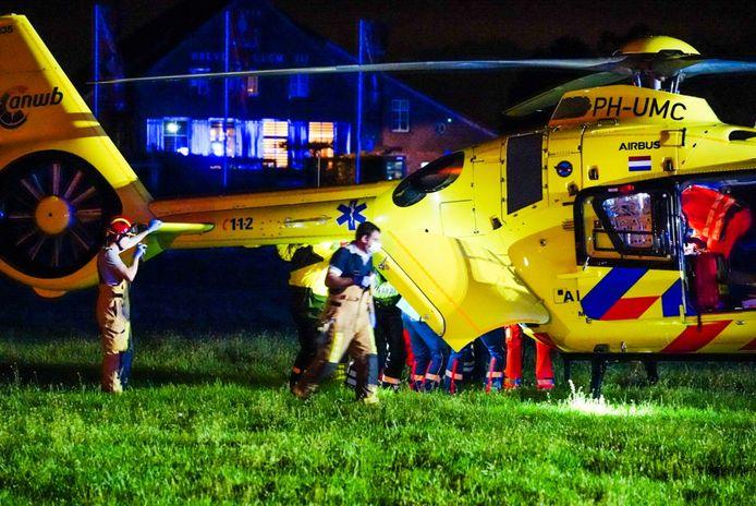 Een traumaheli bij de Soemeersingel in Helenaveen waar een auto in het water is gereden.