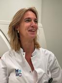 Jet Quarles van Ufford, radioloog in HMC: 'We zien op de Spoedeisende Hulp nu mensen binnen komen die heel ziek zijn en die al gevaccineerd hadden kunnen zijn'.