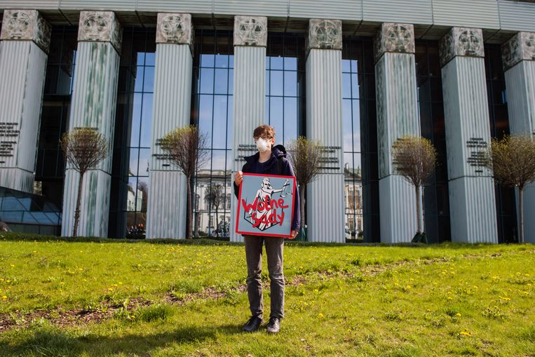 Een demonstrant bij het hooggerechtshof in Warschau houdt een bord vast met de tekst 'vrije rechtbanken'.   Beeld Getty