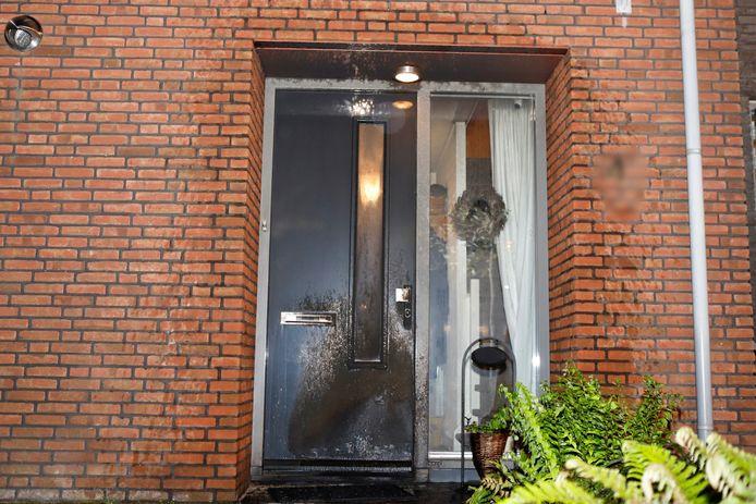 De voordeur van de woning aan de Rivierduin in Cuijk is door brand beschadigd.