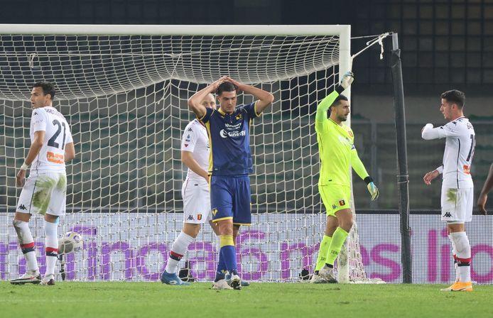 Mattia Perin is blij met het punt, Andrea Favilli van Hellas Verona is teleurgesteld.