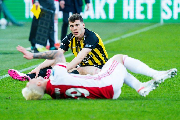 Jacob Rasmussen (Vitesse) heeft Ajacied Antony gevloerd. De Deen ontvangt rood, ziet de Arnhemse club even later de bekerfinale verliezen en staat nu vanwege een schorsing twee duels buitenspel.