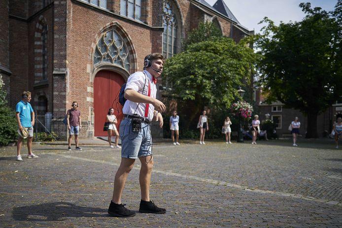 Studenten tijdens een stadswandeling in Leiden, waar de universiteit vanwege het coronavirus een aangepast introductieprogramma heeft opgesteld voor de nieuwe studenten.
