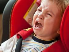 """Vrouw rijdt bijna agent aan: """"Mijn zoontje had last van reflux"""""""