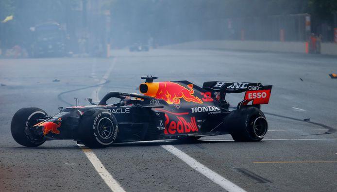 Een klapband maakte een einde aan de race van Max Verstappen.