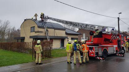 Stormweer doet vlammen uit dak slaan tijdens schoorsteenbrand