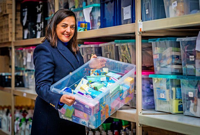 Olga Bataglia met haar ingezamelde spullen.