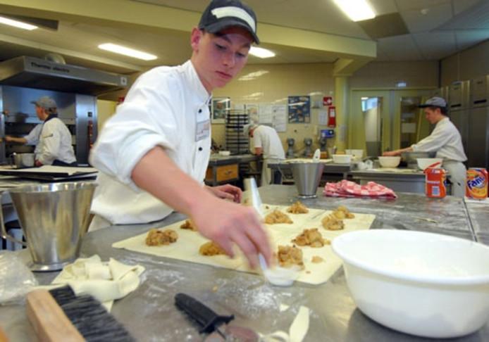Leerlingen van verschillende regionale vmbo- scholen werken in teams van twee personen in de keuken aan de diverse gerechten. Er hangt een spannende stilte, maar er wordt druk gewerkt. Foto Rikkert Harink