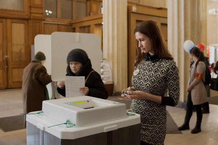 Aida Repnikova treedt als waarnemer op bij stemlokaal 675 in Moskou. Beeld Emile Ducke
