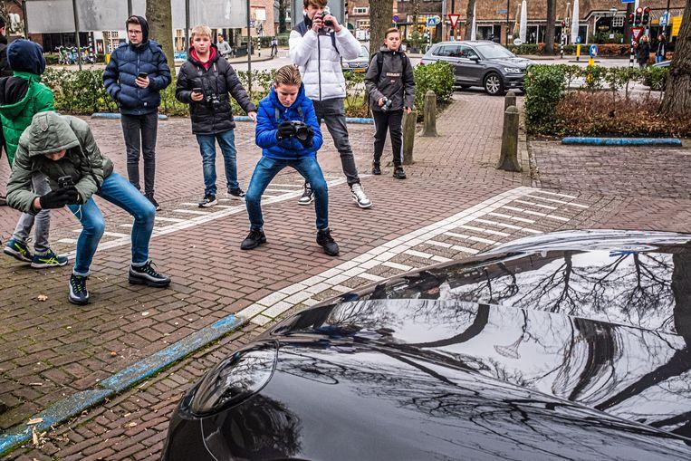 Jonge autospotters op jacht naar 'supercars' in Laren. Beeld Joris van Gennip