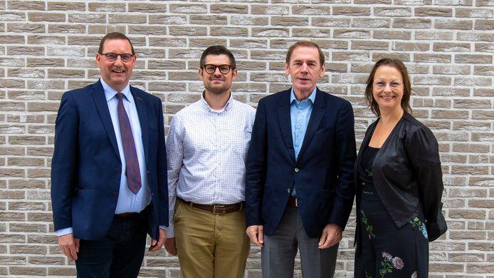 Veel vragen in Ronse bij de fusie van de sociale huisvestingsmaatschappijen. vlnr: Stefaan Vercamer (voorzitter SHM Vlaamse Ardennen), Peter Lepez (directeur De Nieuwe Haard), Luc Dupont (voorzitter De Nieuwe Haard) en Jeanique Van Den Heede (directeur SHM Vlaamse Ardennen).