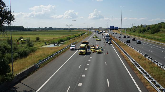 Een motorrijder raakte gewond na een val op de A73 bij Beuningen richting Nijmegen.