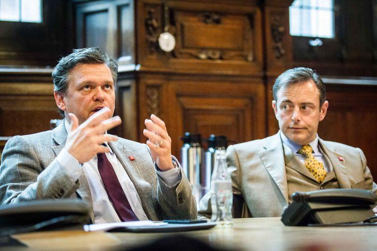 Rob Van de Velde met partijvoorzitter en burgemeester Bart De Wever. Beeld Bas Bogaerts
