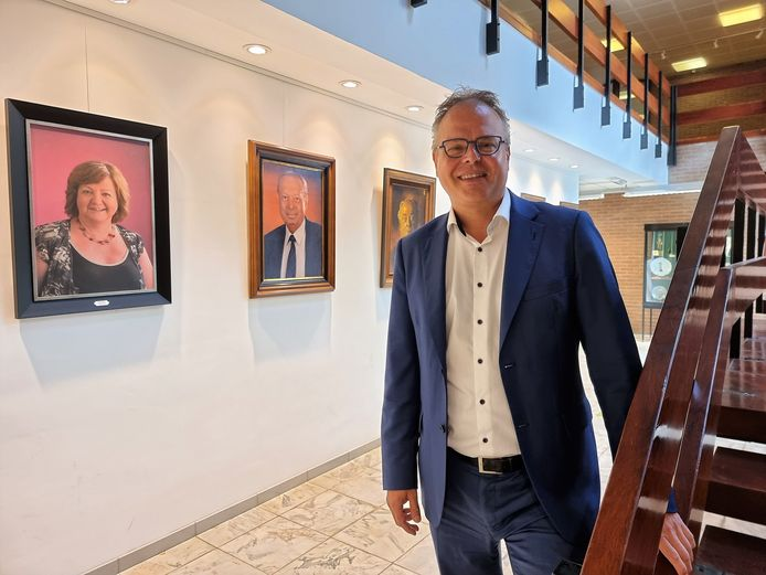 Burgemeester Jan Desmeth (N-VA) in de wandelgangen van het gemeentehuis van Sint-Pieters-Leeuw.
