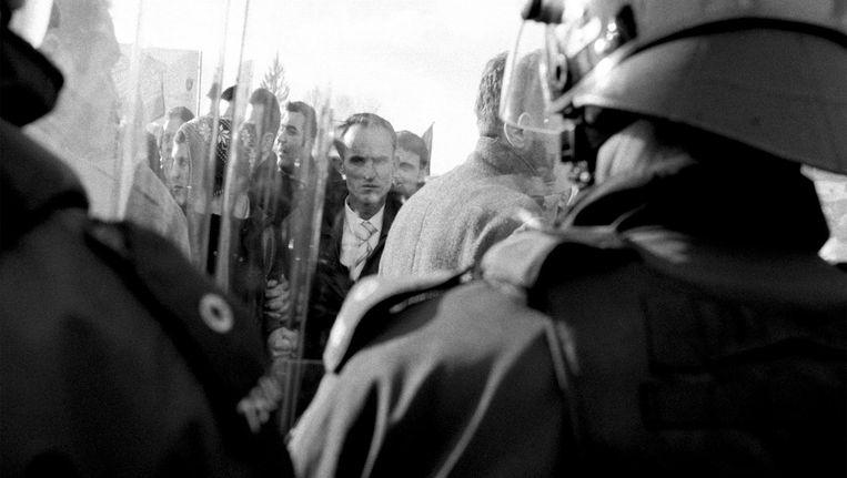 Serviërs en Albanezen in Kosovo, die voorheen vreedzaam samenleefden, kwamen ineens lijnrecht tegenover elkaar te staan. Beeld Willem Poelstra