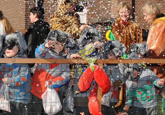 Kinderen gooiden met confetti