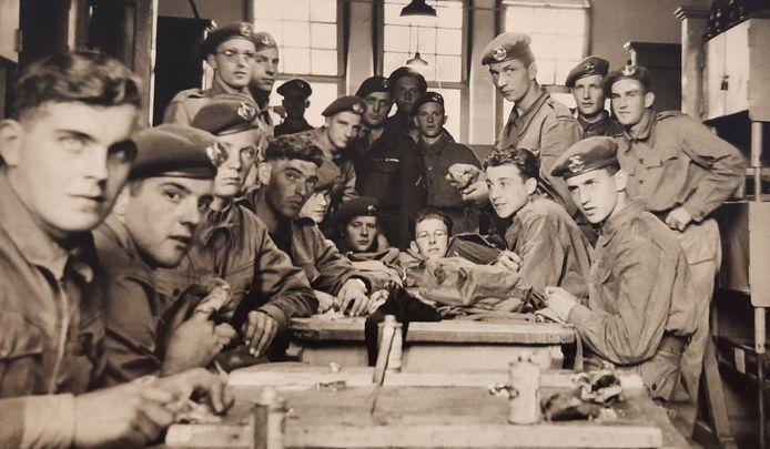 Kees Jacobs uit Rijen (uiterst rechts, onder) belandde in zijn diensttijd onder meer in Assen en Maastricht en had uiteindelijk een 'droombaan' als hij dienst treedt van aalmoezenier Van Hal. Hier maakt hij zijn geweer schoon temidden van zijn maten.