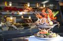 L'incontournable des réveillons: le plateau de fruits de mer. À composer vous-même selon vos goûts ou votre budget, il peut aussi être royal et se composer comme suit: 12 Normandes, 4 Fines de Claire, 4 Ria d'Etel, 4 Belons, 4 amandes, 2 clams, 12 bulots,  2 bigorneaux, 4 palourdes,  4 langoustines, 1 tourteau, 2x 1/2 homard, 6 crevettes bouquet, 2 crevettes grises non épluchées. 180 euros. Disponible sur commande à La Brasserie du Lac à Genval.