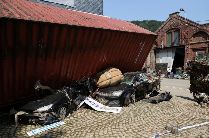 Heel wat wagens raakten vernield door de watersnood in Verviers.