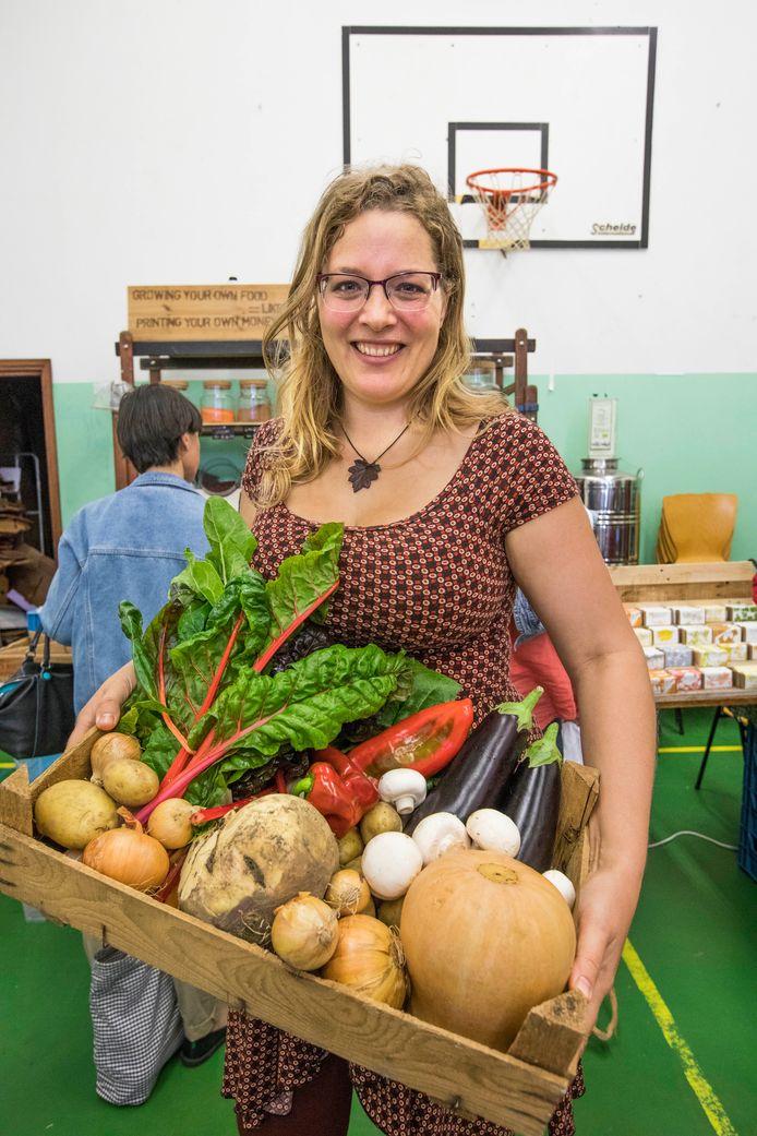 Alette Wttewaall met een kist vol Westlandse groenten: ,,Het is vers en het is makkelijk.''