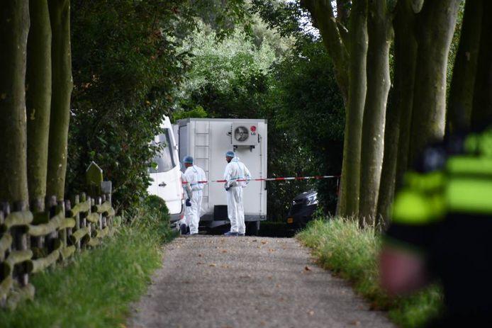 Rechercheurs doen onderzoek op de plaats delict in Biggekerke.