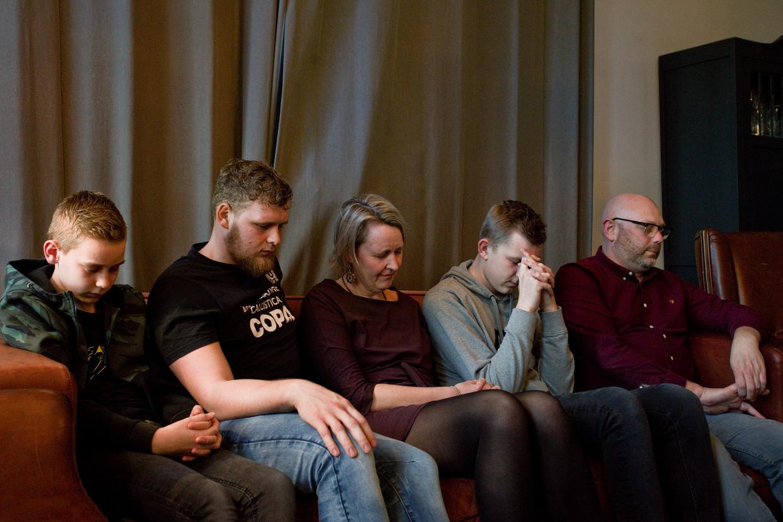 Bij de familie Van Veen stemmen de kinderen ChristenUnie en de ouders SGP. Van rechts naar links: vader Peter, Ruben, moeder Ellen, Pieter en Nathan.