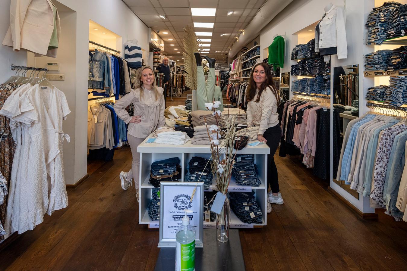 20210303 - BERGEN OP ZOOM  - Pix4Profs/Tonny Presser -  Rozan Schot (eigenaar) & Patty Suijkerbuijk (medewerker) van het Broekenpaleis in de winkel. Links achter op de achtergrond de vader van Rozan.
