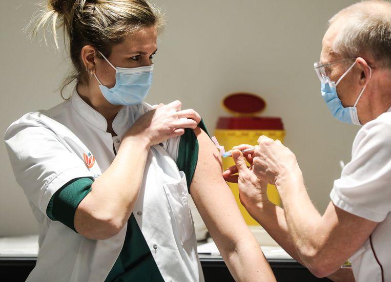 Carol Verdonk krijgt de eerste vaccinatie in Amsterdam. Beeld Eva Plevier