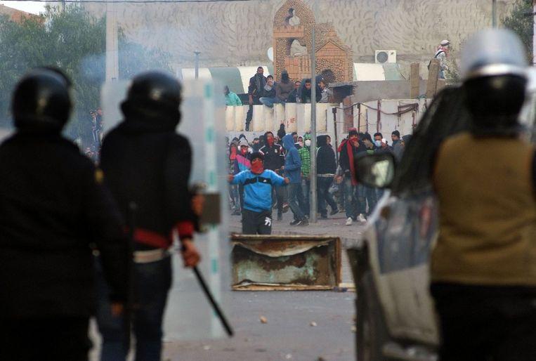 Demonstranten staan tegenover veiligheidstroepen. Beeld afp