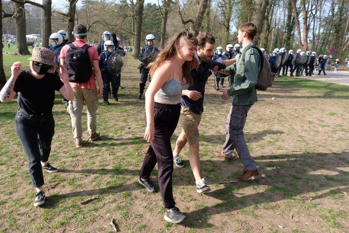 De oproerpolitie probeert het grasveld in het Ter Kamerenbos te ontruimen.