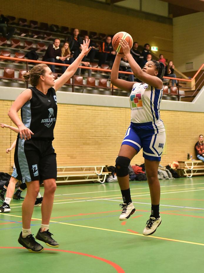 Rachel Zorgvliet scoort voor BC Vlissingen tegen Achilles'71.