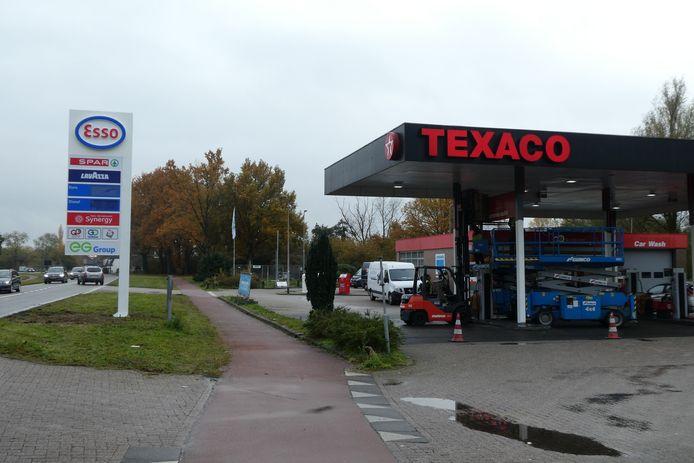 Op het billboard Esso, op het dak nog Texaco aan de Eindhovenseweg in Boxtel.