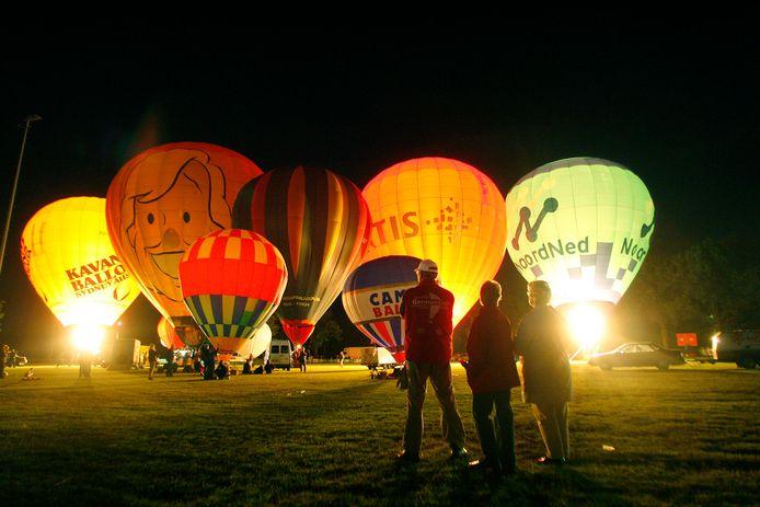 Ballooning in 2008. Toeschouwers bekijken de ballonnen die de lucht in gingen.