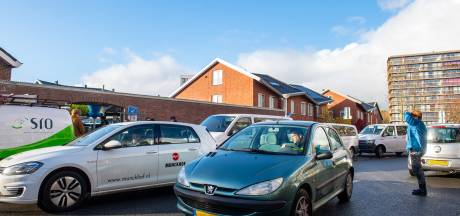 Ouders parkeren auto midden op straat: politie pakt verkeerschaos bij Amersfoortse school aan