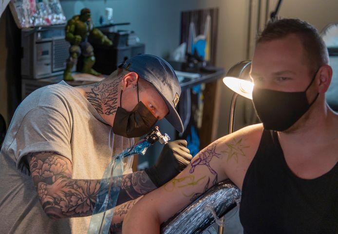 Steffan Zoet wordt onder handen genomen door tatoeëerder Stefan van Pijkeren.